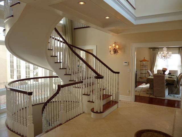 Деревянные лестницы в коттеджах: преимущества, виды и особенности выбора